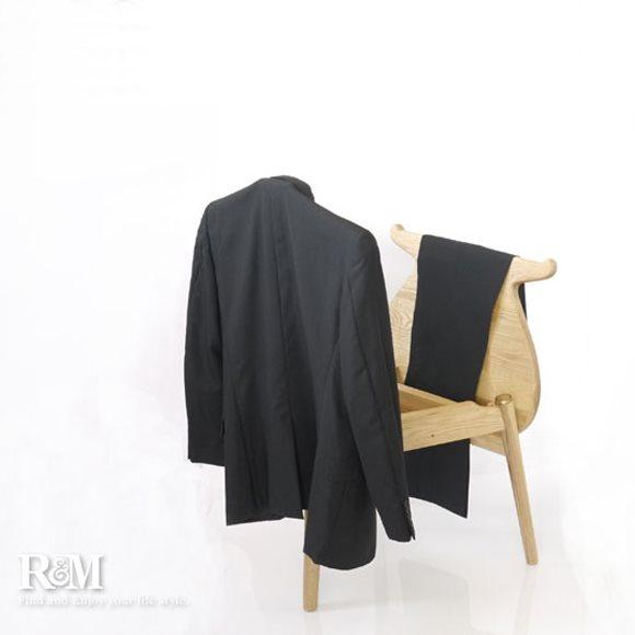 スーツを掛けたハンスJウェグナーのバレットチェア