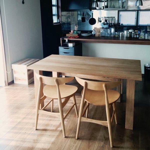 無垢材の椅子とダイニングテーブル