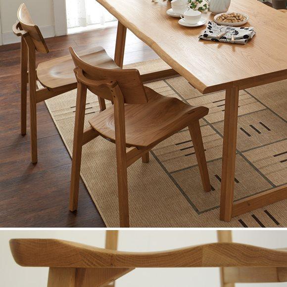 木製ダイニングチェアとダイニングテーブル