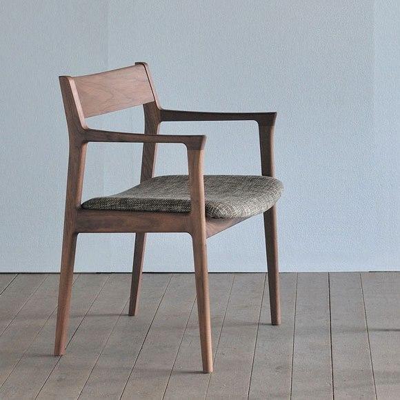 ウォールナットとファブリック座面の椅子