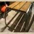 アンティーク調の背もたれあるベンチ