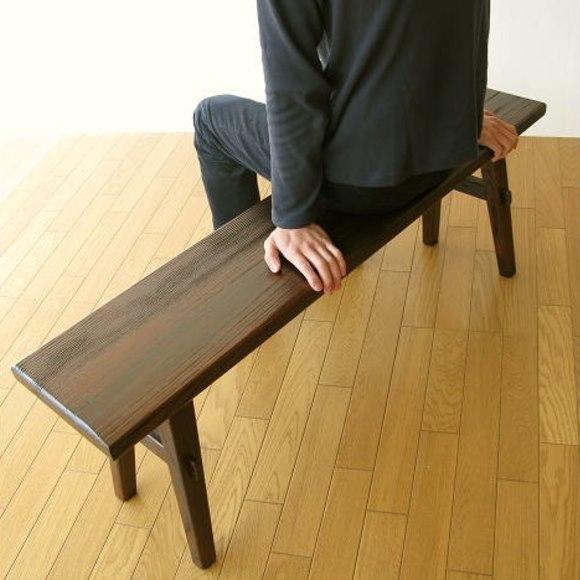 幅120㎝木製ベンチに座る男性
