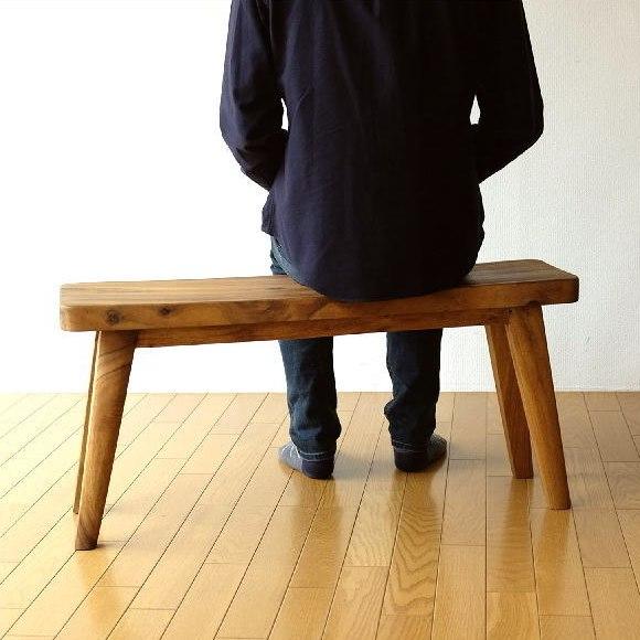 幅約90㎝のウッディベンチに座る男性