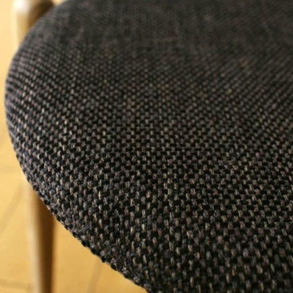 低い背もたれ椅子のクッション座面