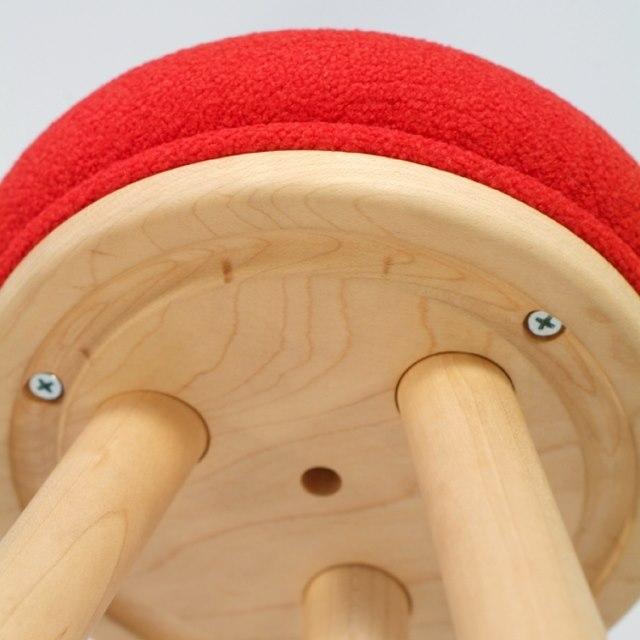 赤い帽子のキッチンスツールの座面裏側