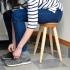 玄関スツールに座って靴を履く女性