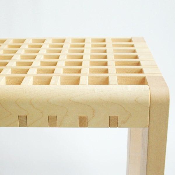 ベンチの座面が格子状