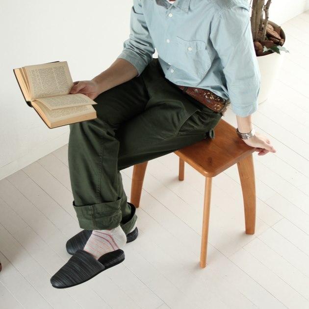 チェリー無垢材スツールに座る男性