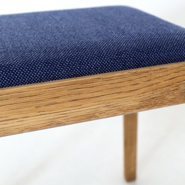 ナラ無垢材と青い座面のスツール