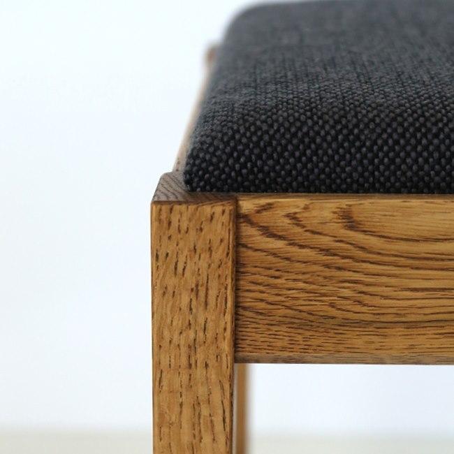 ナラ無垢材と黒い座面のスツール