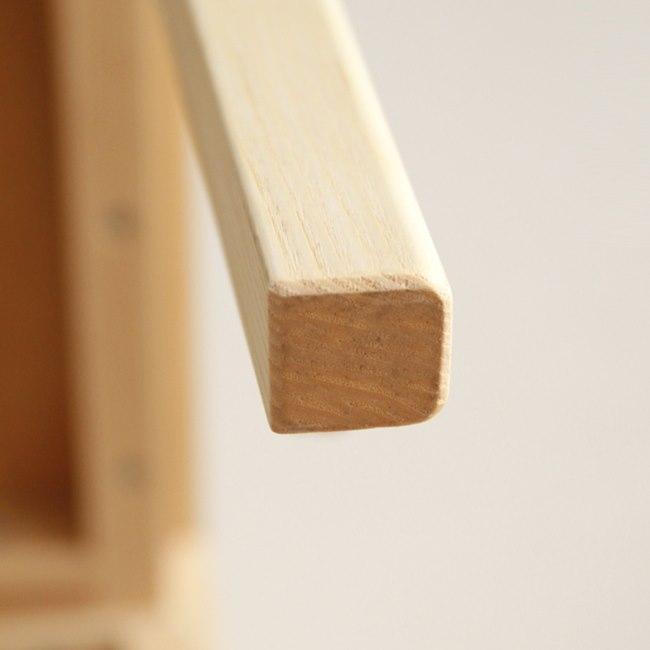 木製のスリム・スツールの脚部
