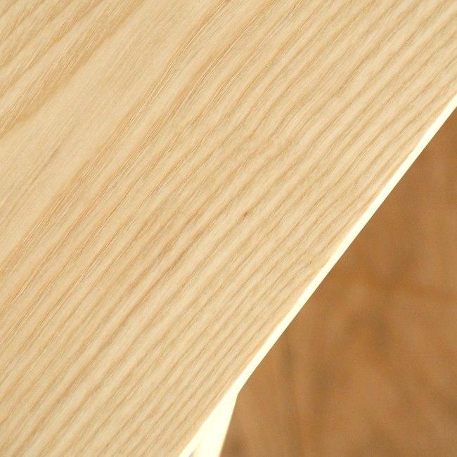 木製のスリム・スツールの天板