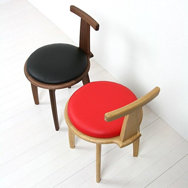 肘掛けが回転する椅子
