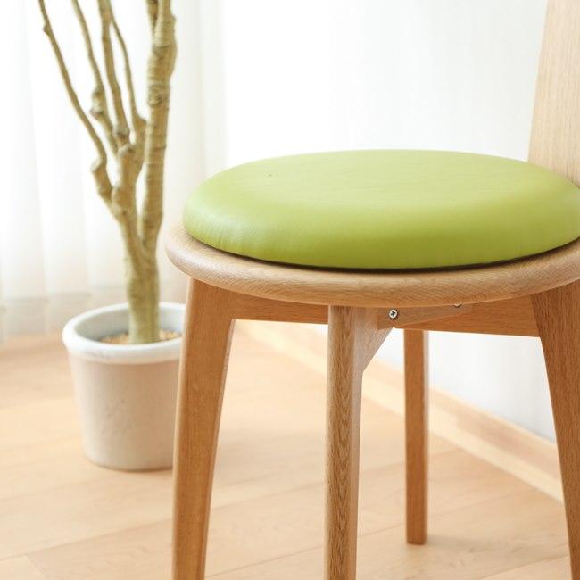 ナラ材とグリーン座面の回転チェア