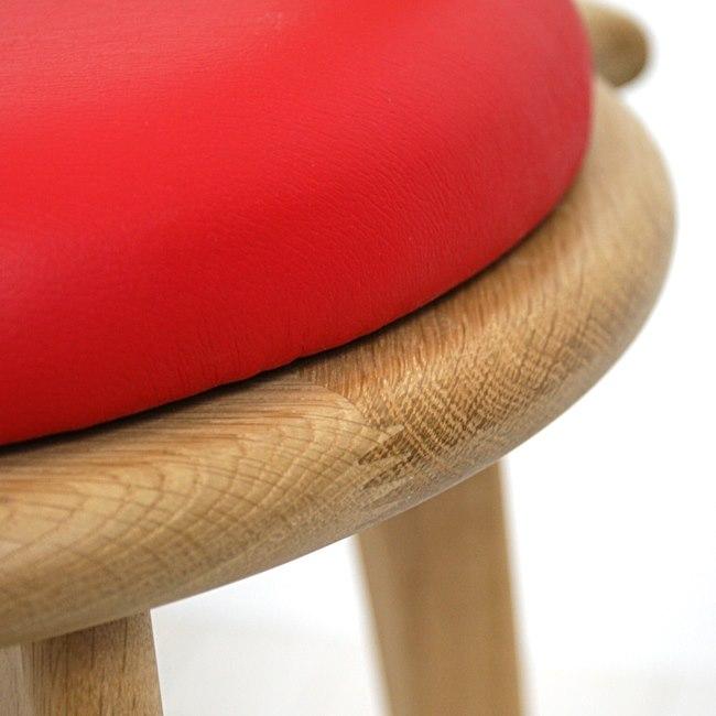 赤い座面の回転椅子