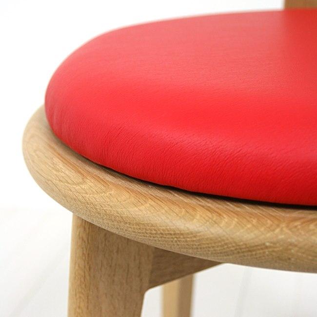 赤い座面の回転チェア