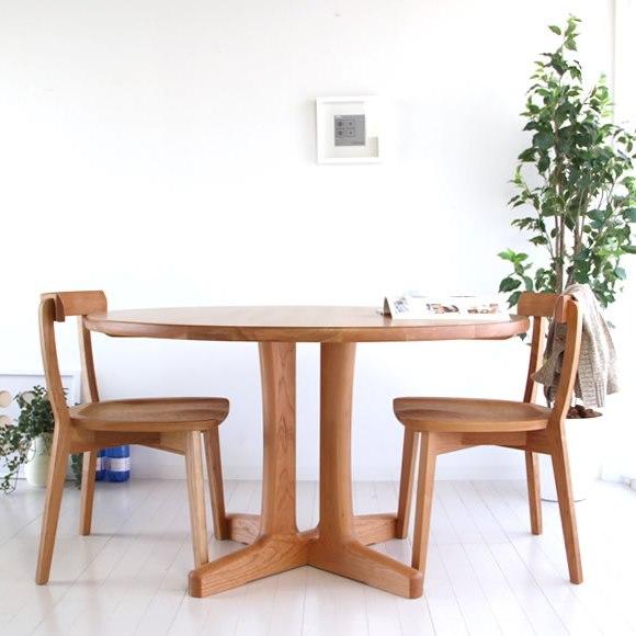 無垢材のダイニングテーブルと2脚のチェア
