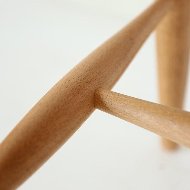 ブナ材ダイニングチェアの脚部