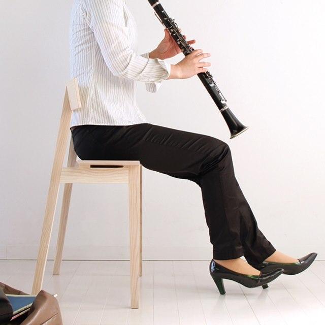 椅子に座るチェロ奏者