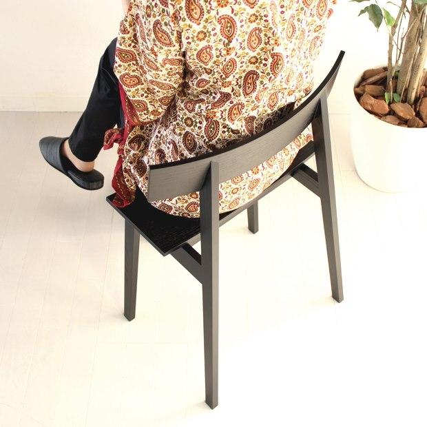 チェロ椅子に座る男性