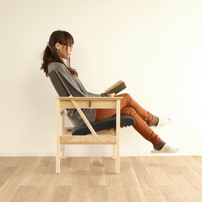 高さ調節可能なパーソナルチェアに座る女性
