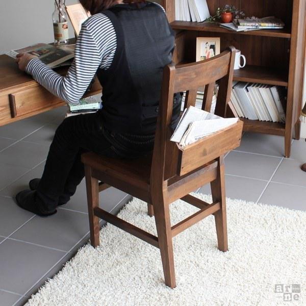 チャーチチェアに座り本を読む女性
