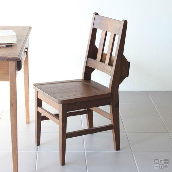 アンティークなチャーチチェアとテーブル