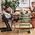 トリップトラップに座る3歳児