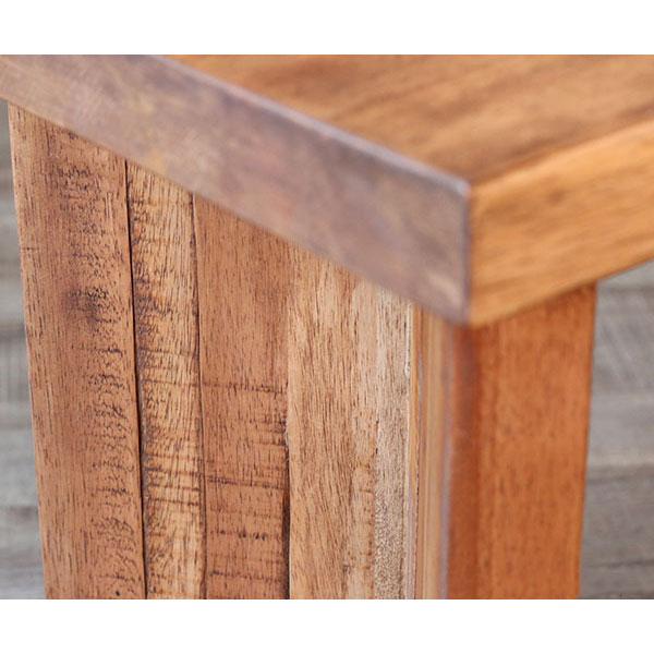 ダメージ加工の木製ベンチの脚部