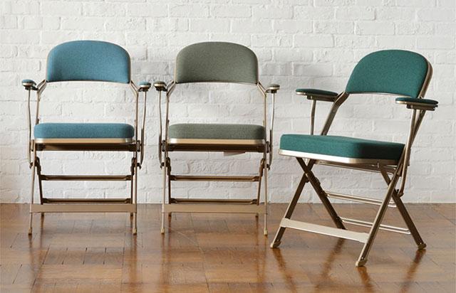 折りたたみ式でアーム付きのおしゃれな椅子はCLARIN FOLDING CHAIR WITH ARM