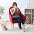 ハイバックの北欧系パーソナルチェアに座る女性