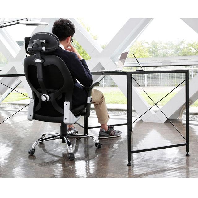オシャレな激安オフィスチェアに座って仕事をする男性