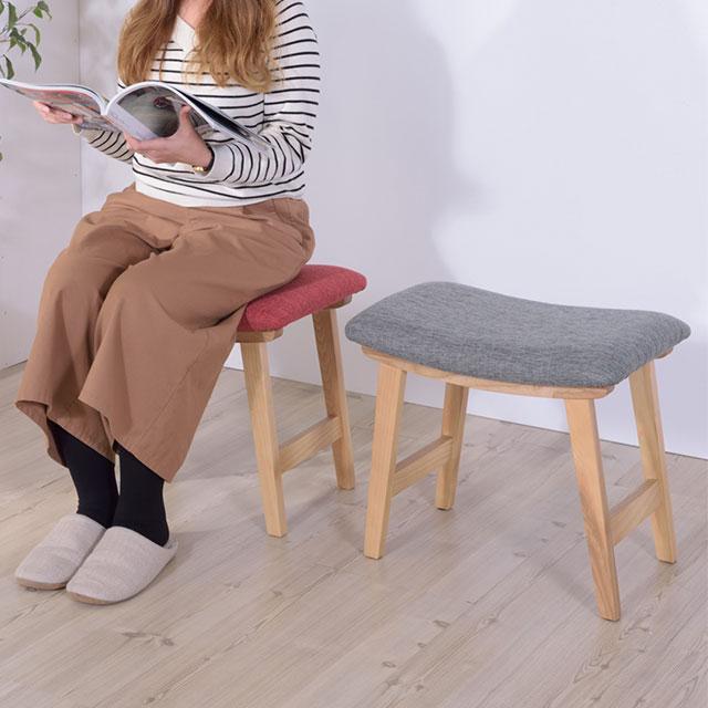 格安の可愛いトロペ・スツールに座る女性
