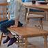 SIEVE(シーヴ)マージ・ダイニング・ベンチに座る子供