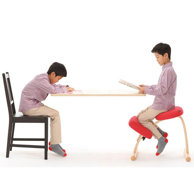 バランスチェア・イージーで勉強する子供