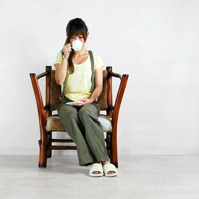 ファー・ラウンジチェア トラングに座る女性