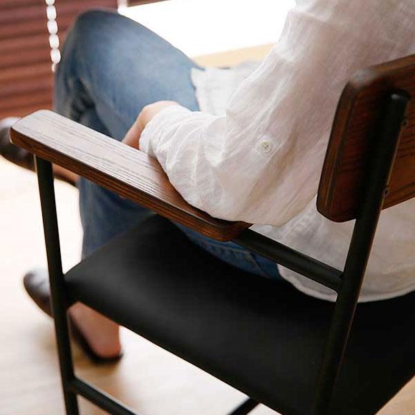 ヴィンテージ調チェアにゆったり座る女性