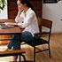 ヴィンテージ・シリーズ・チェアに座り、本を読む女性