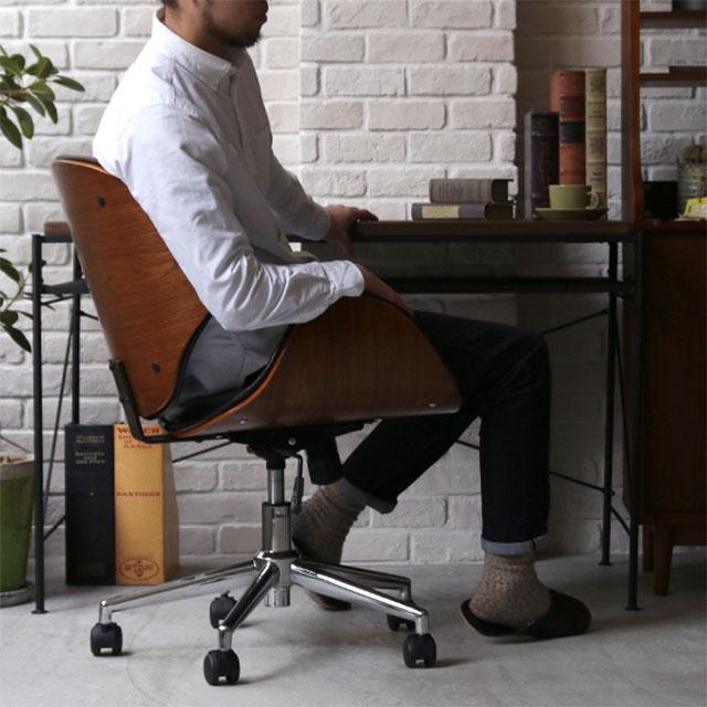 KNOXチェアに座る男性