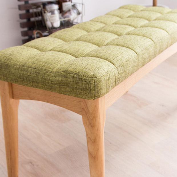 グリーンの座面と無垢の脚