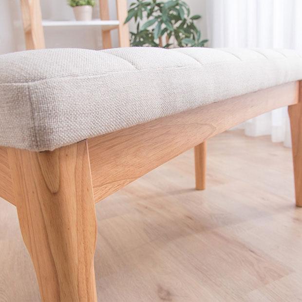 白のファブリックシートと無垢材のベンチ