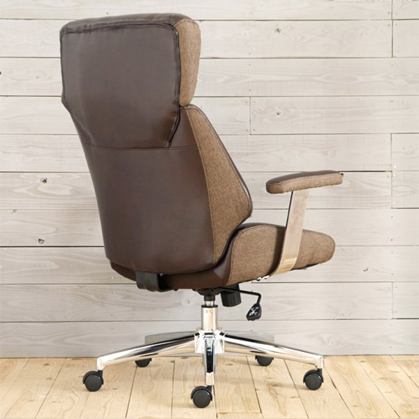 レトロ・オフィスチェアに座る女性