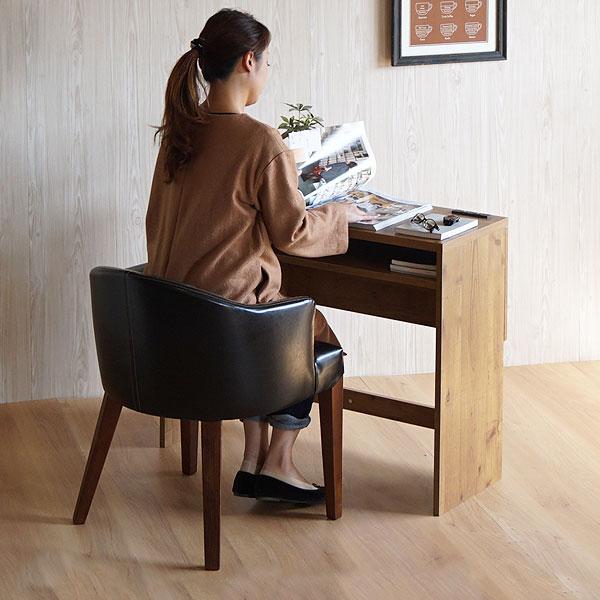 レトロな黒い椅子に座る女性