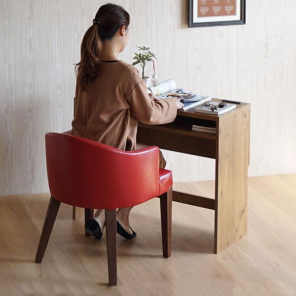 レトロな赤い椅子に座る女性