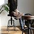レトロスタイルのカウンターチェアに座る女性