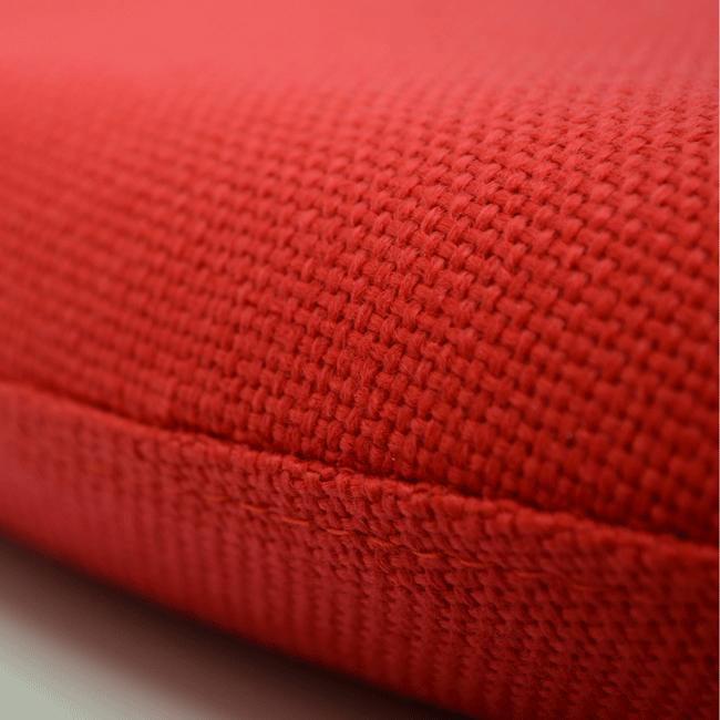 チューリップチェアの分厚い赤色クッション