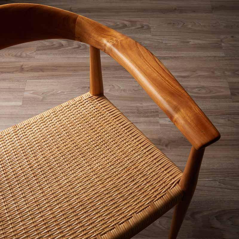 ダイニングチェアの丁寧に編まれた籐の座面