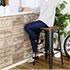 CRANZ カウンタースツールに座りお茶を飲む女性