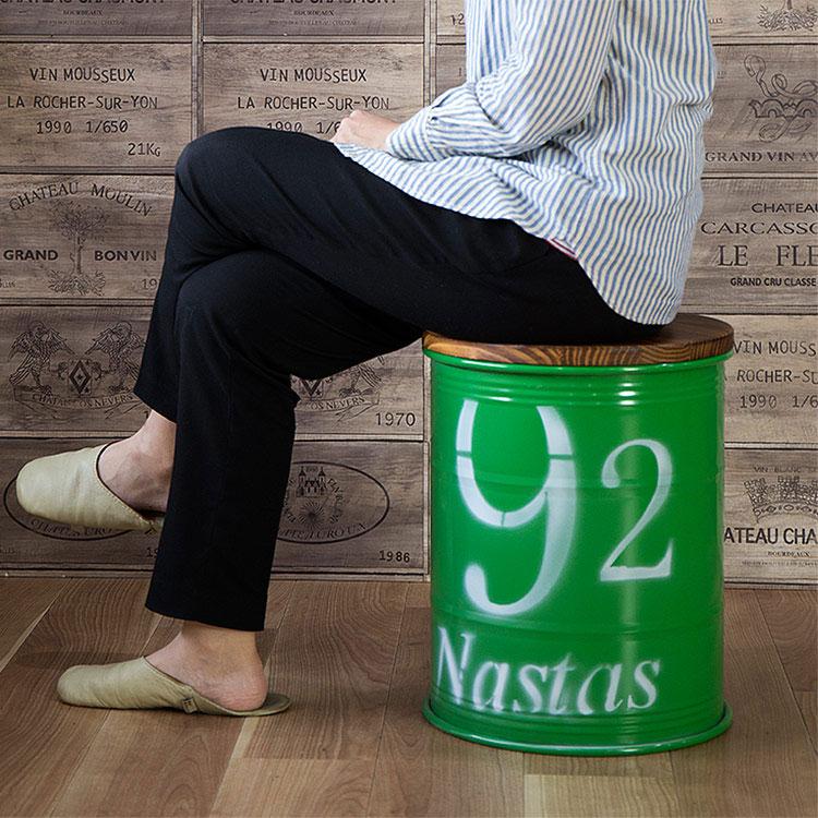 缶スツールに座る女性