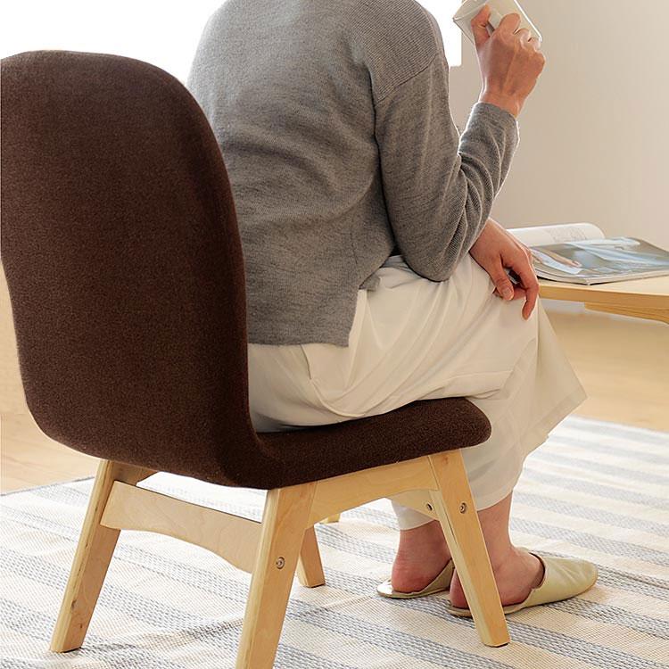 ローチェアに座る女性